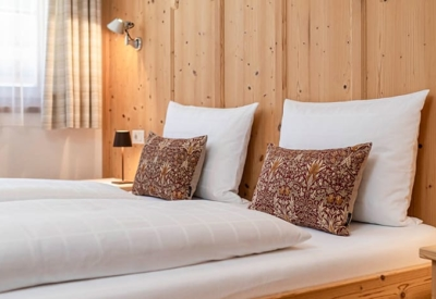 Christlrumerhof Ferienwohnung Zirbe Schlafzimmer Kisssen