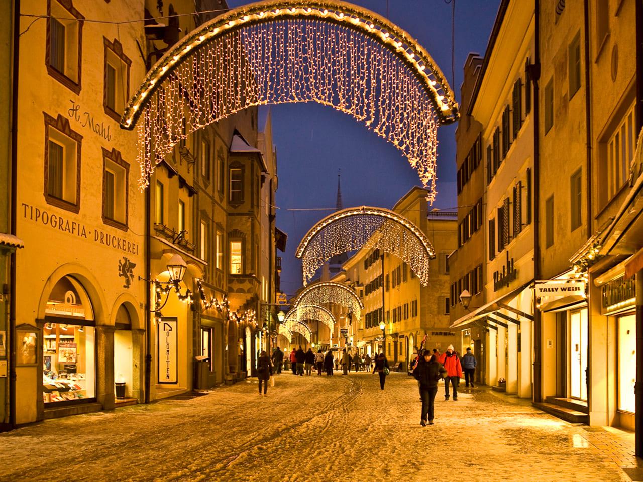 Stadtgasse bei Nacht in Bruneck