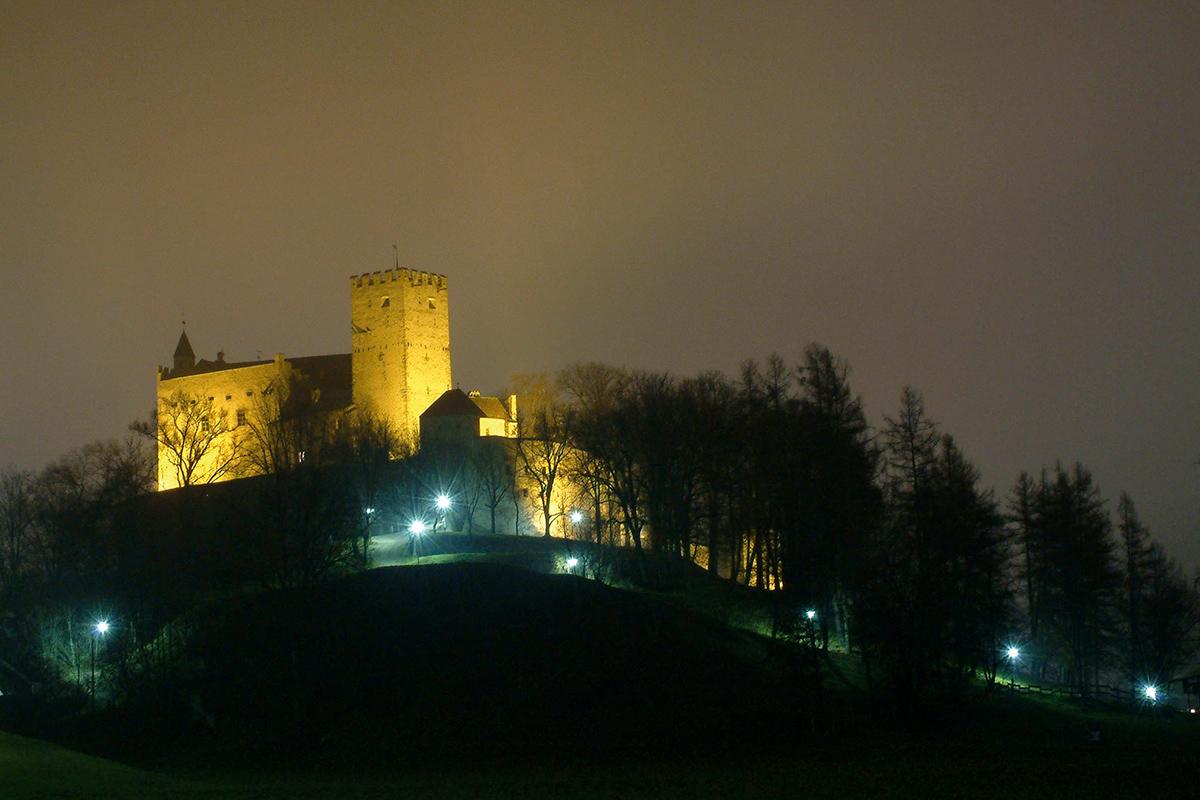 Schloss Bruneck bei Nacht